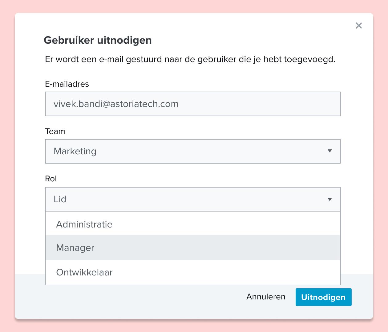 Screenshot van de uitnodiging van een gebruiker voor een HelloSign-document en de toewijzing van een functie aan de gebruiker